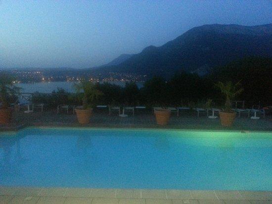 Les Tresoms, Lake and Spa Resort : Piscine éclairée le soir