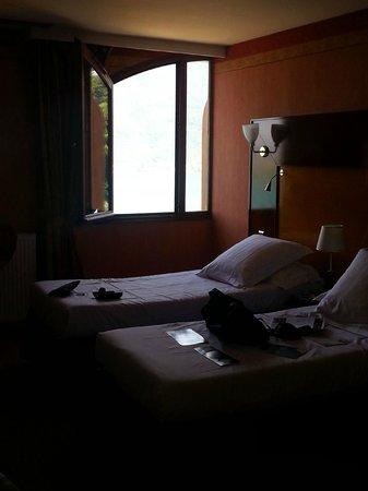 Les Tresoms, Lake and Spa Resort : Notre chambre avec une demi-fenêtre ...