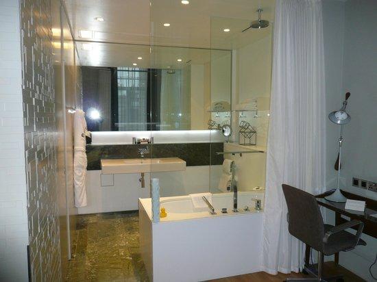Town Hall Hotel : The bathroom