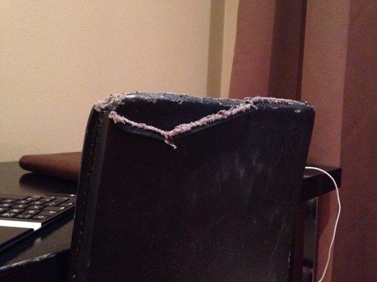 Best Western Hotel Karlaplan: Väldigt ofräsch stol vid det lilla skrivbordet i rummet