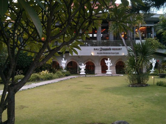 Bali Dynasty Resort : Lawns in front of the resort