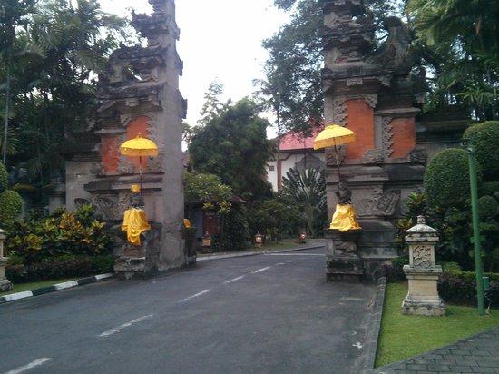 Bali Dynasty Resort: Main gate