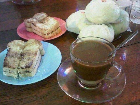 Rumah Kopi Gembira Kawangkoan: Tersedia kopi susu, biapong ba, biapong temo, roti bakar isi mentega gula/ srikaya/ coklat keju