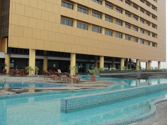 Merlynn Park Hotel: Hotel view from poolside