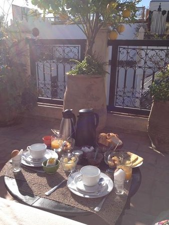 Dar el Souk: breakfast on the terrace in the morning sunshine