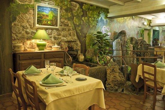 Hotel au Pont de Raffiny : salle à manger côté fontaine