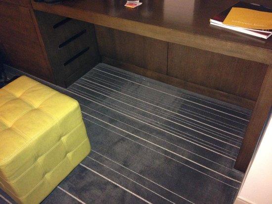 Hyatt Regency Dallas: Dirty Carpet