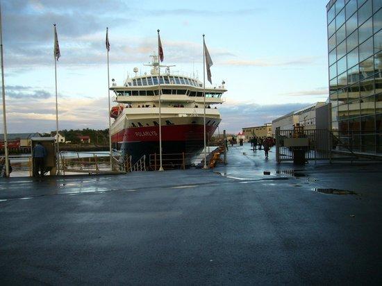 Thon Hotel Lofoten: корабль на причале у стены отеля