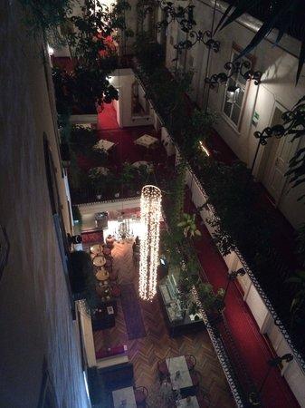 Palais Hotel Erzherzog Johann: Gedeckter-Innenhof