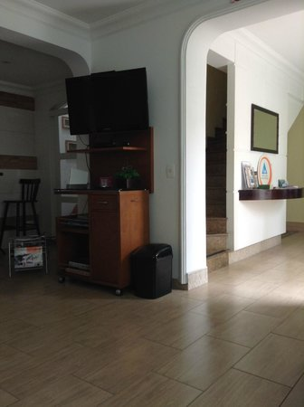 Alto do Ipiranga Hostel : sala com tv, sofá e mesas