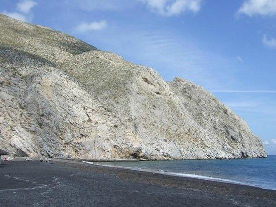 Perissa Beach : 黒っぽい砂が印象的なビーチ