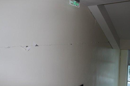 Best Western Plus Lex Cebu: Damages on the wall