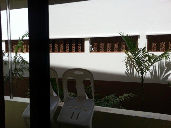 White Sand Resortel: вид из номера на соседнее здание