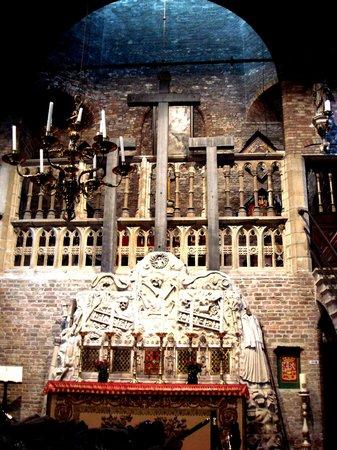 Jerusalem Church (Jeruzalemkerk) : Алтарная стена в виде Голгофы и хора
