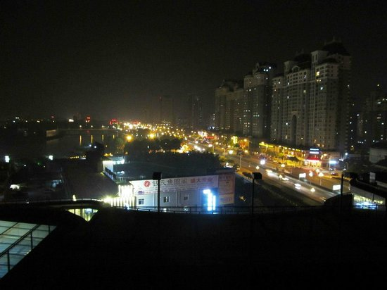 Taizhou Huangyan Yaoda Hotel: Night view from my room located on the 8th floor