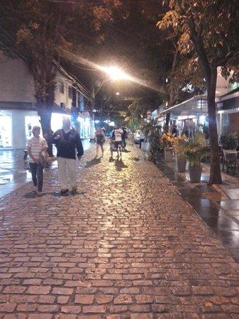 Nomad Buzios Seashore Hostel: A famosa rua das pedras
