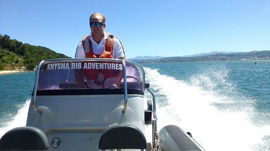 Knysna, South Africa: SpeedBoat over the lagoon onto the ocean