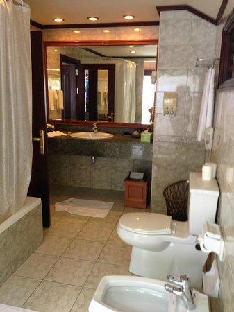 Royal Island Resort & Spa : Ванная комната, половина под открытым небом