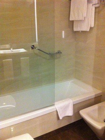 Hotel Macia Real de la Alhambra: Bañera