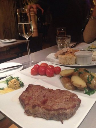 Scandic Berlin Potsdamer Platz: Отличное мясо в ресторане.