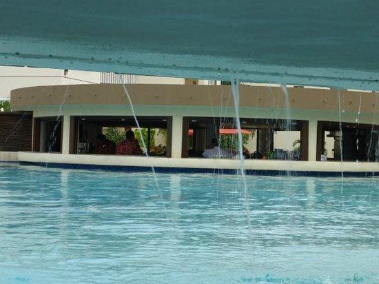 Grand Caribe Belize Resort and Condominiums : Pool bar
