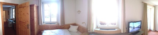 Alpenhotel Kramerwirt: Двухкомнатный номер на 4-х, спальня. За кадром двуспальная кровать.