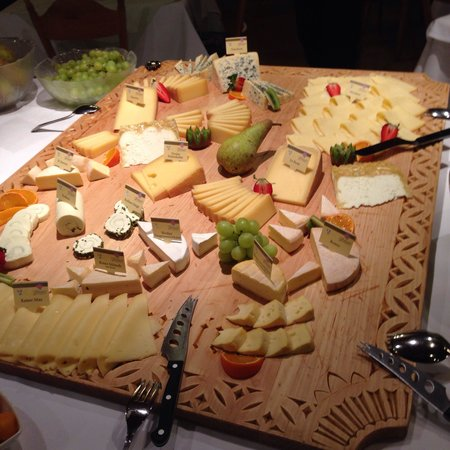 Alpenhotel Kramerwirt: Сырный стол на ужине.