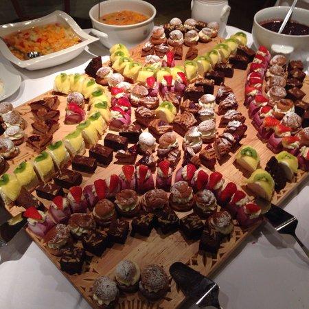Alpenhotel Kramerwirt: Десертный стол на ужине.
