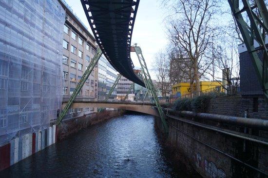 Wuppertaler Schwebebahn: Над рекой