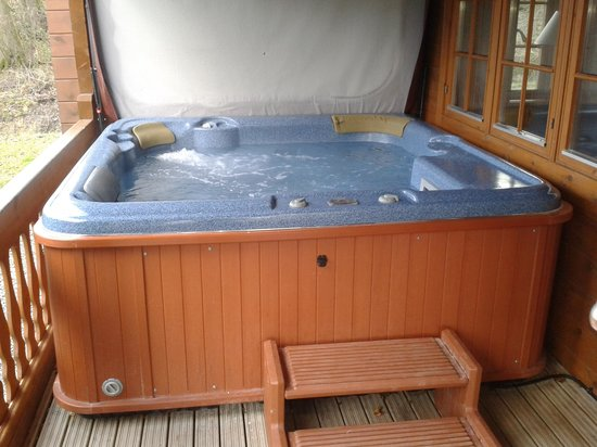 Luxury Lodges Wales: Outside hot tub