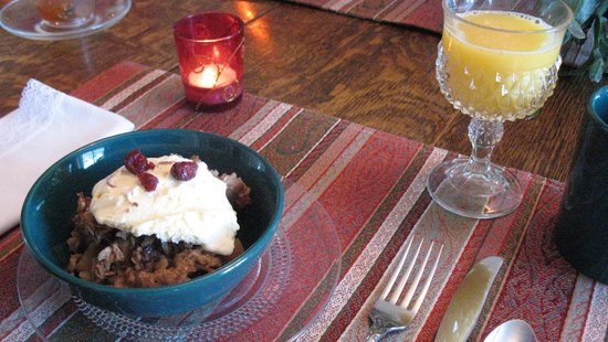 Oaklawn Inn: Ice cream for breakfast!  Hearty oatmeal with crasins and cinnamon.