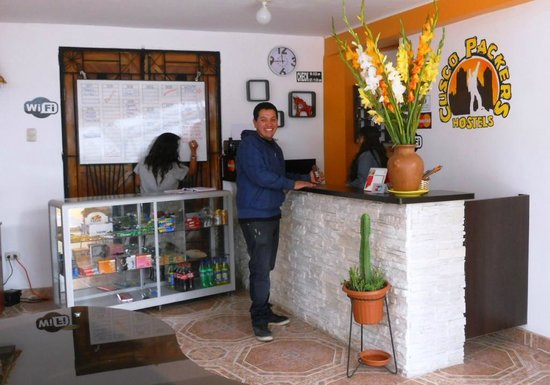 Cusco Packers Hostel: Front desk area and the friendly owners