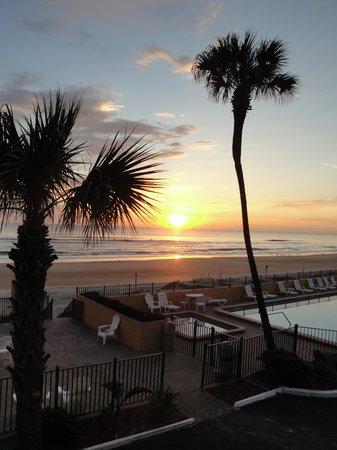 Quality Inn & Suites On The Beach: Morning Sunrise