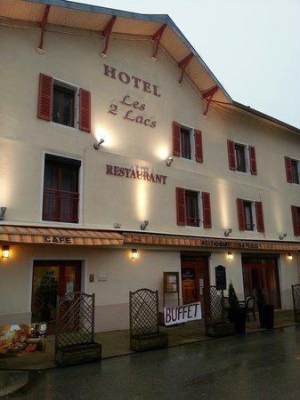 Hotel les Deux Lacs: Façade devant l'église.