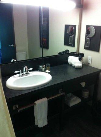 Grand Times Hotel Sherbrooke : Bathroom
