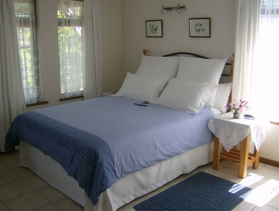 Huis Waveren: Extra-length queen-size bed in Bougainvillea suite