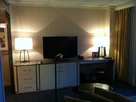 Hotel Omni Mont-Royal: TV and Desk area