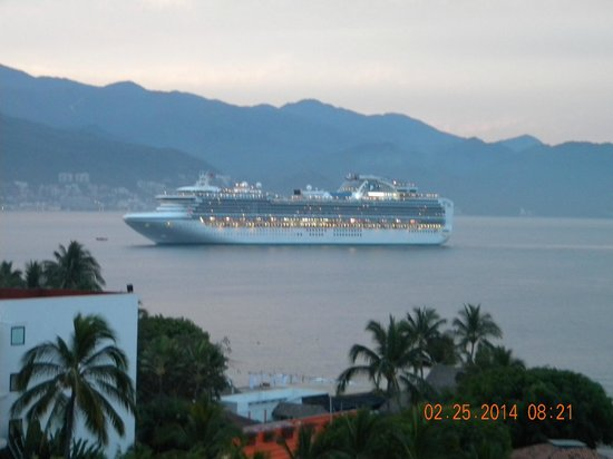 Melia Puerto Vallarta All Inclusive : cruiseship coming in wowwww what a view
