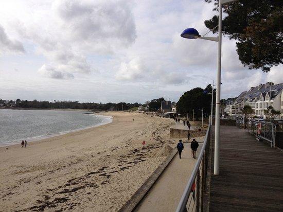 Le Sans Souci: Au milieu de la photo : la terrasse du Sans souci, face à la plage.