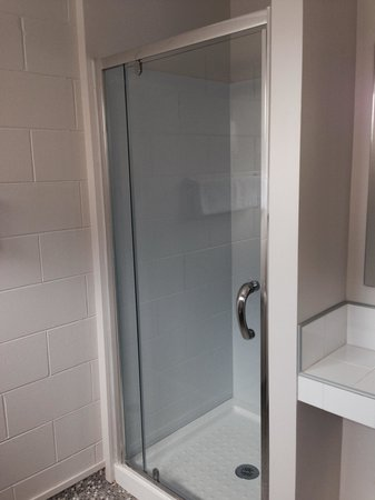 Continental Motel: New shower - 1 bedroom Appartment