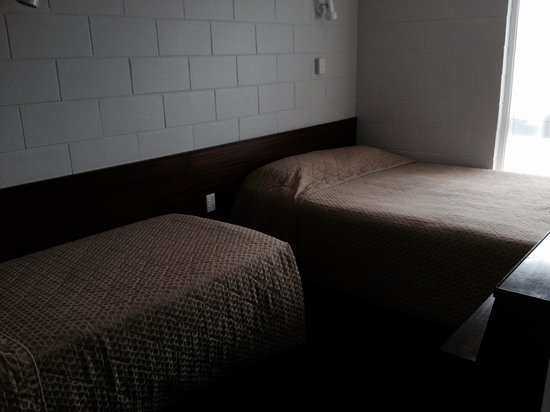 Continental Motel: Rather dull bedroom - 1 bedroom appartment