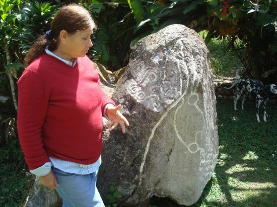 Sitio Barriles Museum: Edna speaking to us about this rock which you MUST see