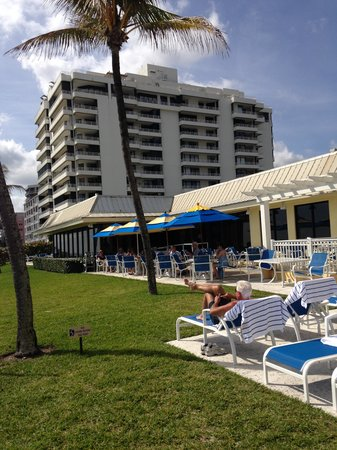 Delray Sands Resort on Highland Beach: Hotel from pool/beach area