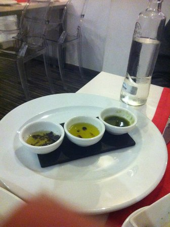 Gula: three different dips as a starter with bread