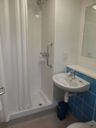 Travelodge London City Airport Hotel: Bathroom