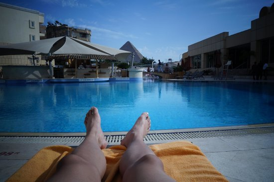 Le Meridien Pyramids Hotel & Spa: View of the pyramids from the main pool