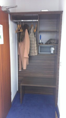 Am Zoo Hotel: Открытые полки вместо шкафа