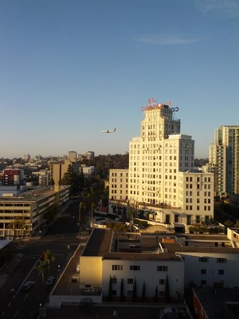 Marriott Vacation Club Pulse San Diego: El Cortez and plane from my Room