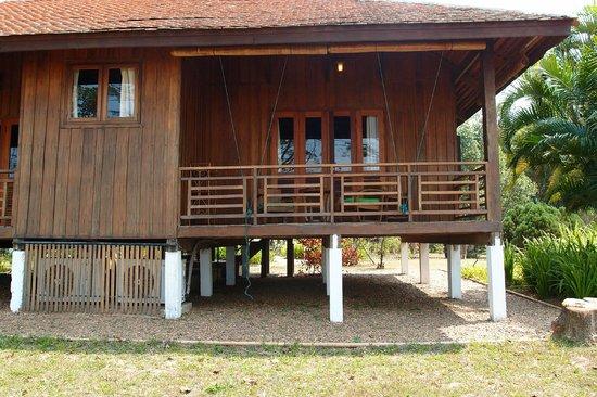 La Folie Lodge: room/cabin backside