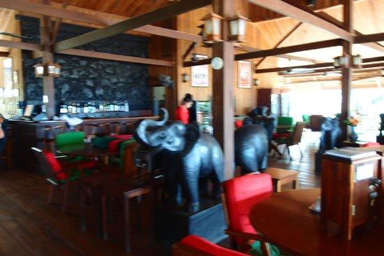 La Folie Lodge: restaurant/lobby/bar area